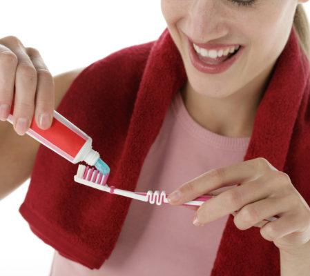 Eine regelmäßige, auf den Patienten abgestimmte Prophylaxe bietet die Chance, Erkrankungen von vornherein zu vermeiden. Professionelle Zahnreinigung sollte daher ein elementarer Bestandteil Ihrer Mundgesundheitsvorsorge sein. Unter anderem lassen sich dabei auch bakterielle Zahnbeläge an schwer erreichbaren Stellen gründlich entfernten – meist die Hauptauslöser für Erkrankungen im Mund. Das Risiko von Karies, Zahnfleischentzündungen und Parodontitis wird belegbar verringert, die Haltbarkeit von Implantaten und sämtlichen Arten von Zahnersatz durch noch bessere Pflege erhöht. Und nicht zu vergessen der positive Nebeneffekt: glatte, saubere Zähne und ein frisches Gefühl im Mund.