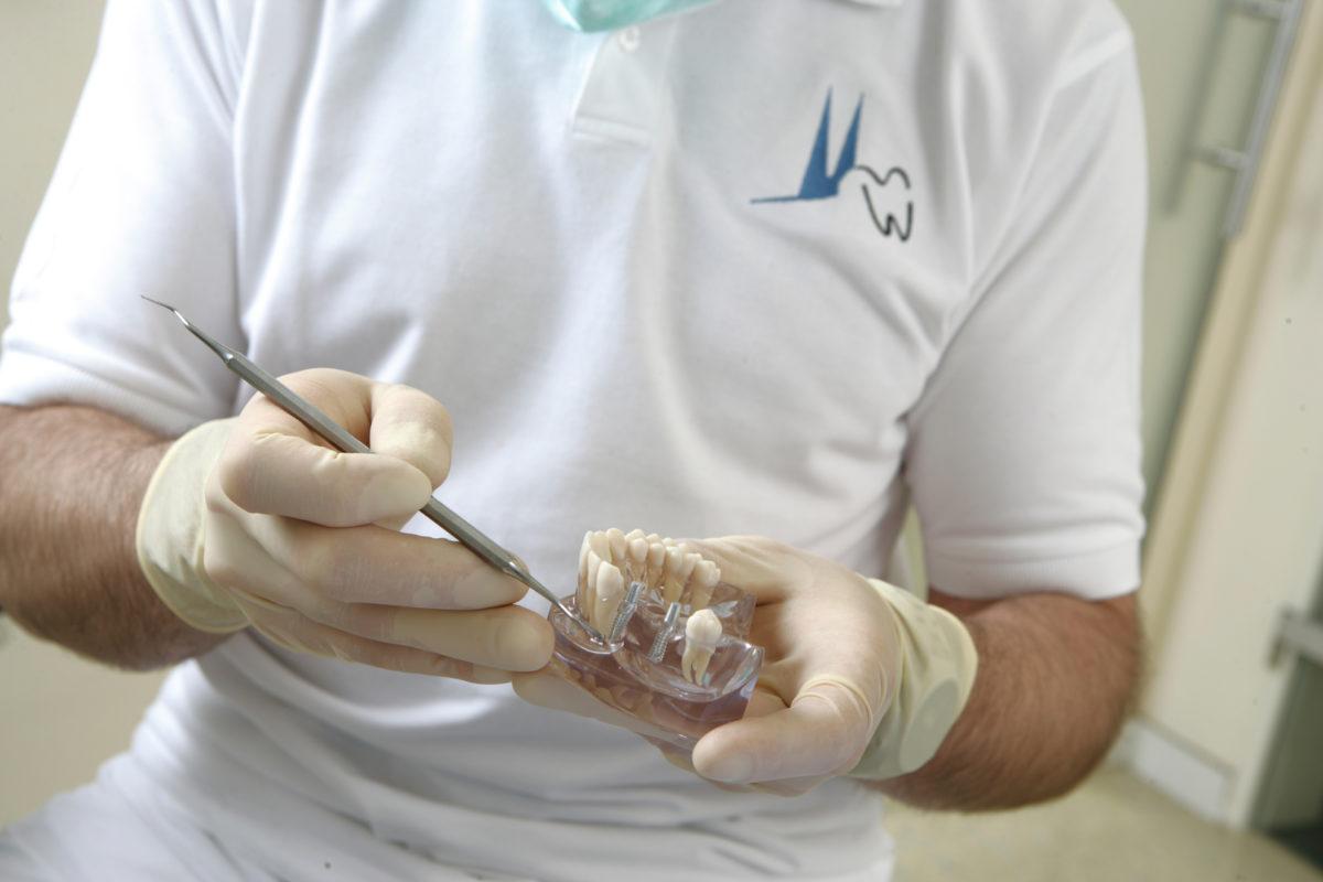 Mit Zahnimplantaten wieder fest zubeissen